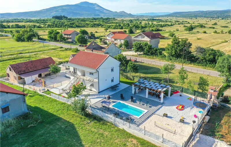 Awesome home in Drnis with Outdoor swimming pool, WiFi and 6 Bedrooms (CDC539), holiday rental in Vrlika