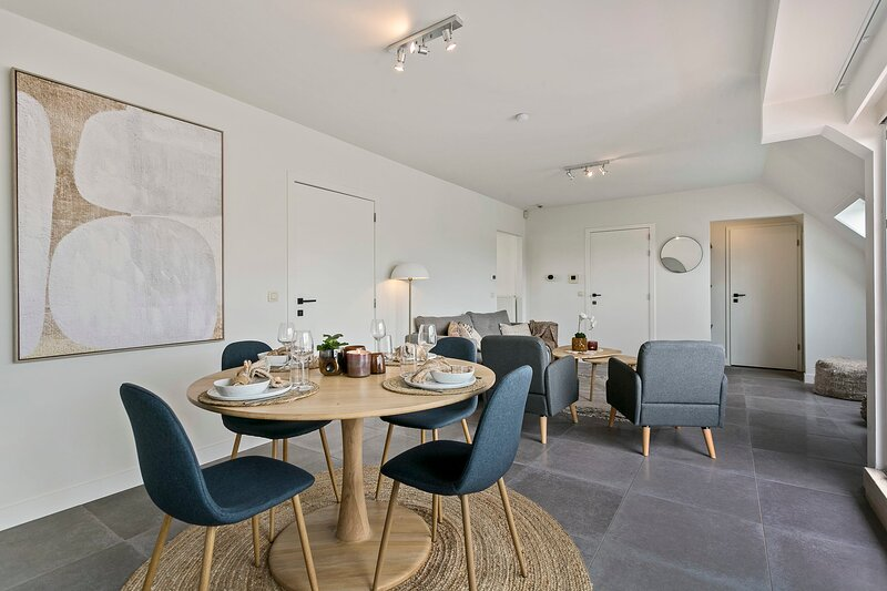 Stylish renovated apt with 2 terraces and free parking in old center of Knokke, location de vacances à Sluis