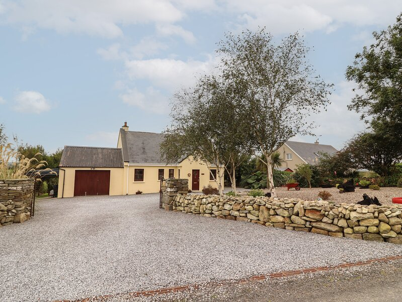 SILVER BIRCH, decking open-plan living, Cooraclare, holiday rental in Kilrush