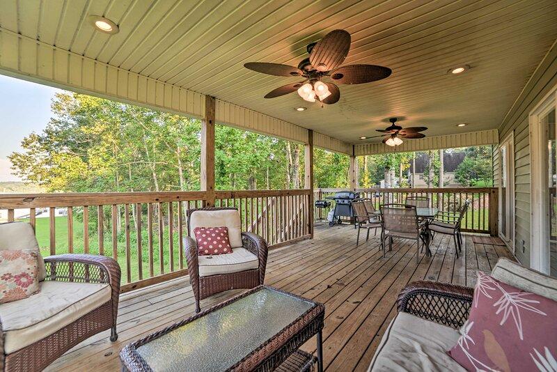 Kentucky Lake Retreat w/ Private Dock + Luxe Deck, holiday rental in Buchanan