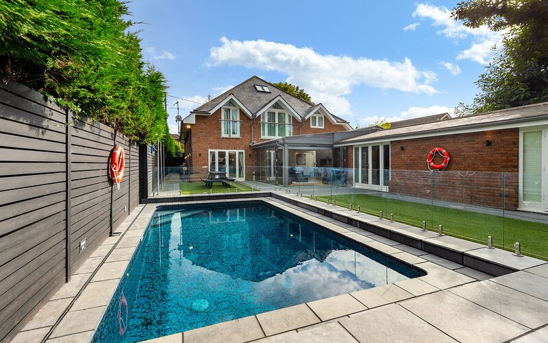 Luxury Holiday Rental in Hamble with swimming pool, hot tub, and cinema room, holiday rental in Wickham