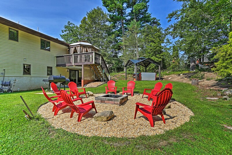 NEW! Deluxe Family Getaway w/ Hot Tub & Game Room!, holiday rental in Saylorsburg