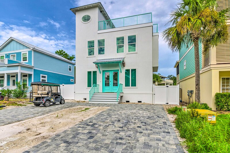NEW! Sunny Santa Rosa Beach Escape w/ Rooftop Deck, holiday rental in Seaside