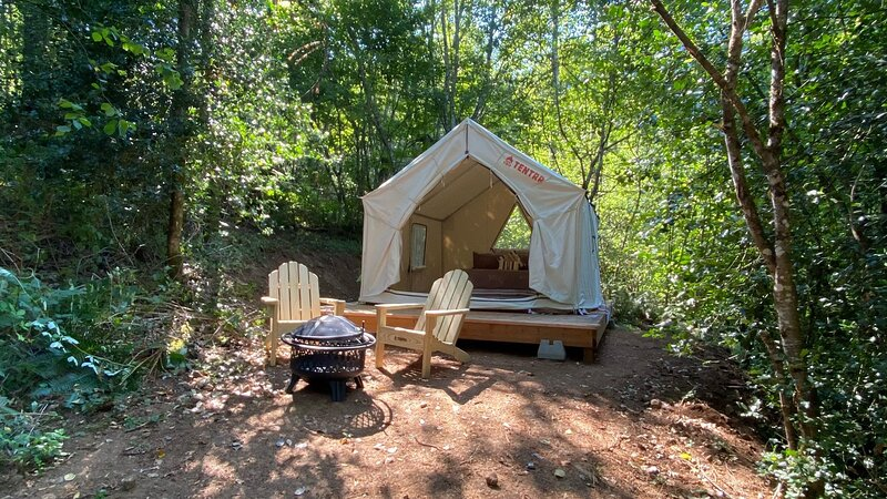 Tentrr Signature Site - Leaning Tree 'Glamp'site at Cuzicanland, holiday rental in Boring