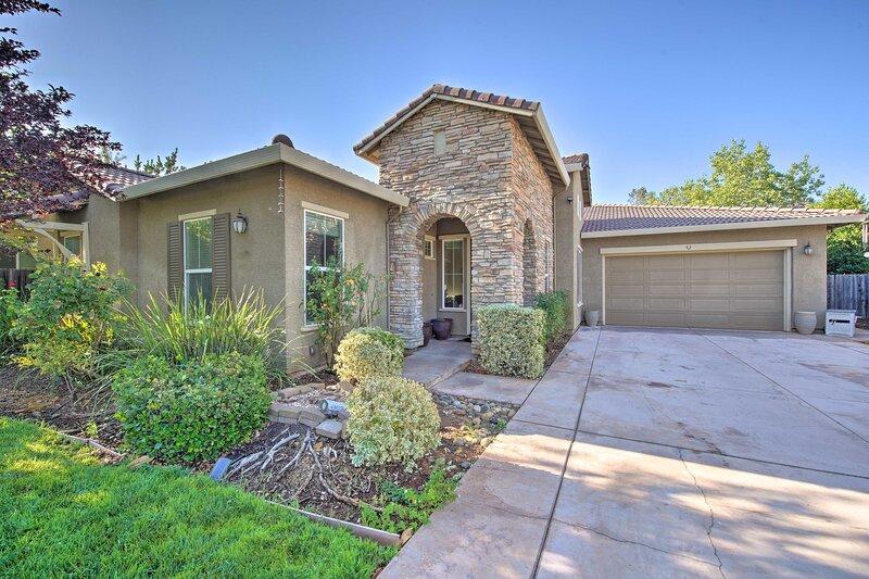 NEW! Pet-Friendly Family Home < 5 Mi to Redding!, alquiler vacacional en Shasta Lake