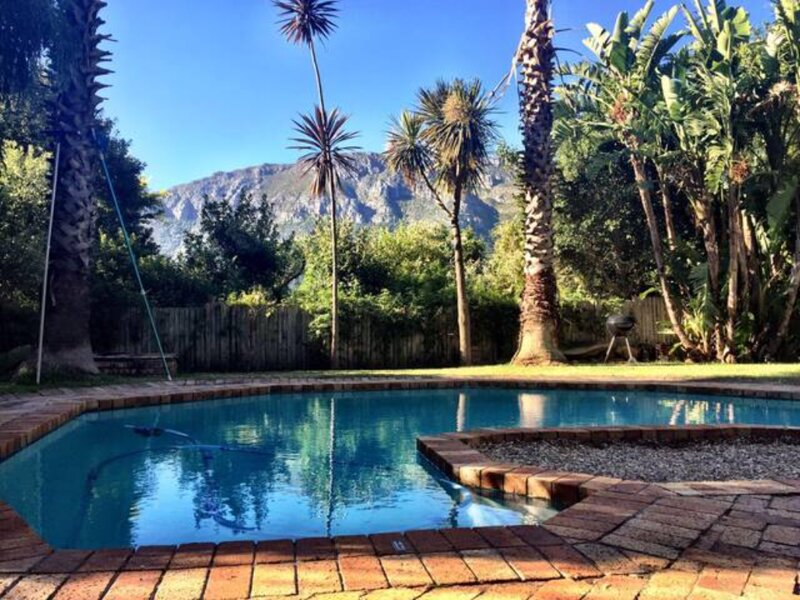 Spacious Mountain Villa with family size pool and firepit, alquiler de vacaciones en Hout Bay