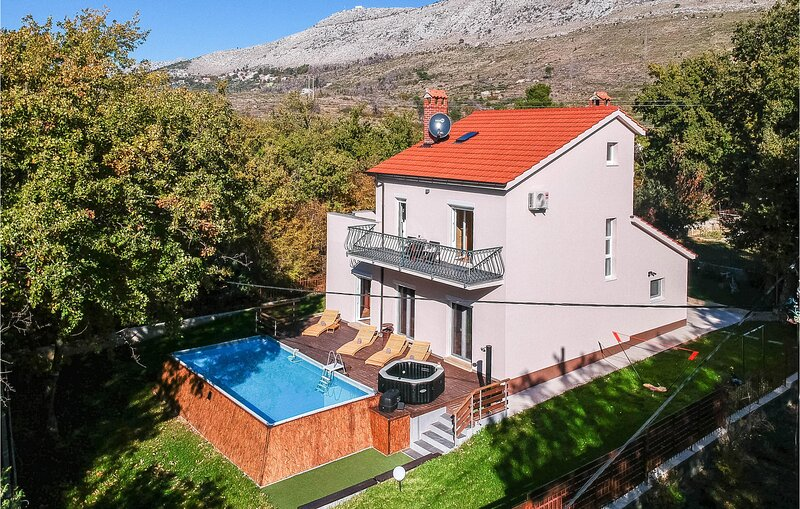 Awesome home in Srinjine with Jacuzzi and 3 Bedrooms (CDC125), location de vacances à Krilo