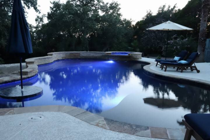 CasaAzul: 2 Master Suites, Wrap-around Porch, Sun Room, Privatge Pool, Outdoor K, holiday rental in Lakeway