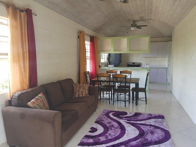 Jackson Breezy - Patio View, Near Warrens, WiFi, Laundry, 2 Beds, Full Kitchen, holiday rental in Bridgetown
