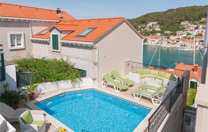Awesome home in Pucisca with Outdoor swimming pool, WiFi and Heated swimming poo, vacation rental in Gornji Humac