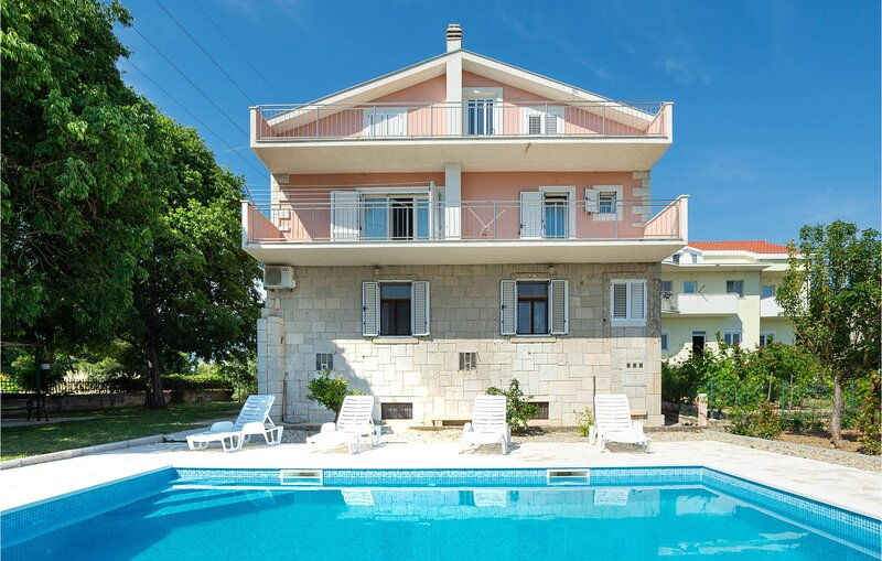 Nice home in Mravince with Outdoor swimming pool and 3 Bedrooms (CDC150), vacation rental in Kucine