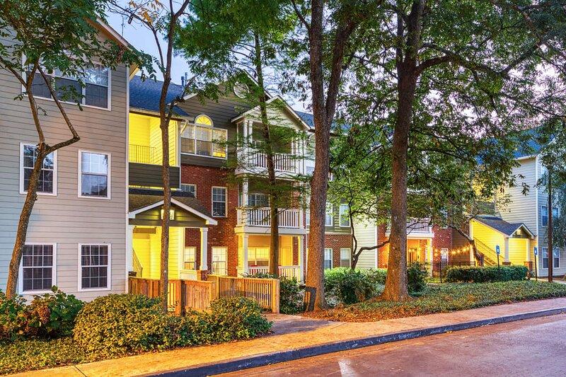 Entire Cozy one bedroom Apartment in the Heart of Buckhead, Atlanta!!!, aluguéis de temporada em Doraville