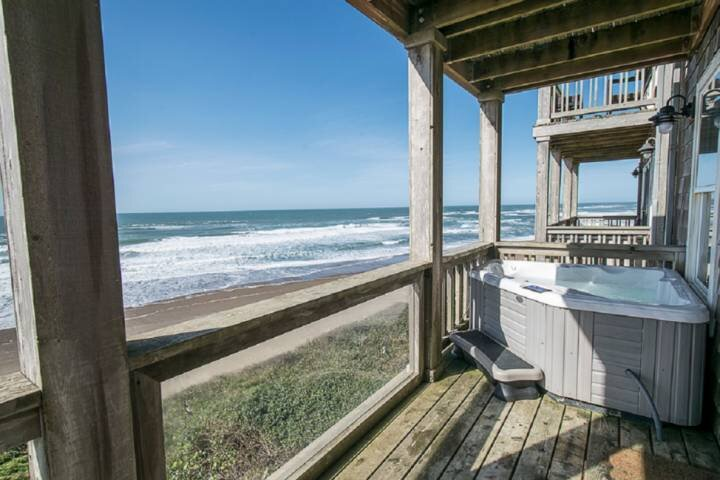 Luxury Ocean Front Views, Pet Friendly, Hot Tub, Jacuzzi, Fireplace, Deck w/ BBQ, holiday rental in Lincoln Beach