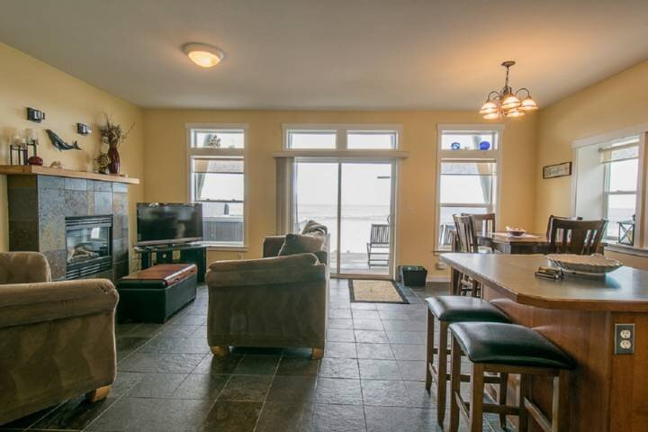 Boundless Ocean Views From Home and Hot Tub, Pet Friendly, Private Deck, Firepla, holiday rental in Lincoln Beach
