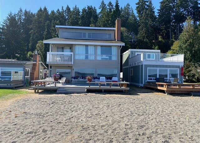 3 bed, 2 bath beachfront house that sleeps 10! (297), holiday rental in Langley