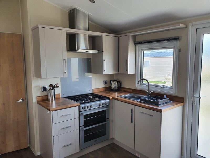 Beautiful 6 berth caravan at Suffolk Sands Holiday Park ref 45010MV, holiday rental in Harwich