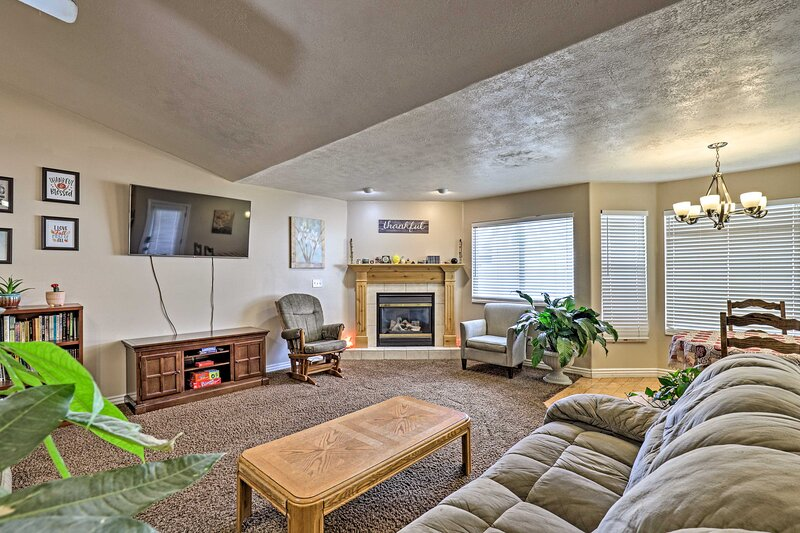 NEW! Pet-Friendly Salem Home w/ Game Room & Sauna!, holiday rental in Mapleton