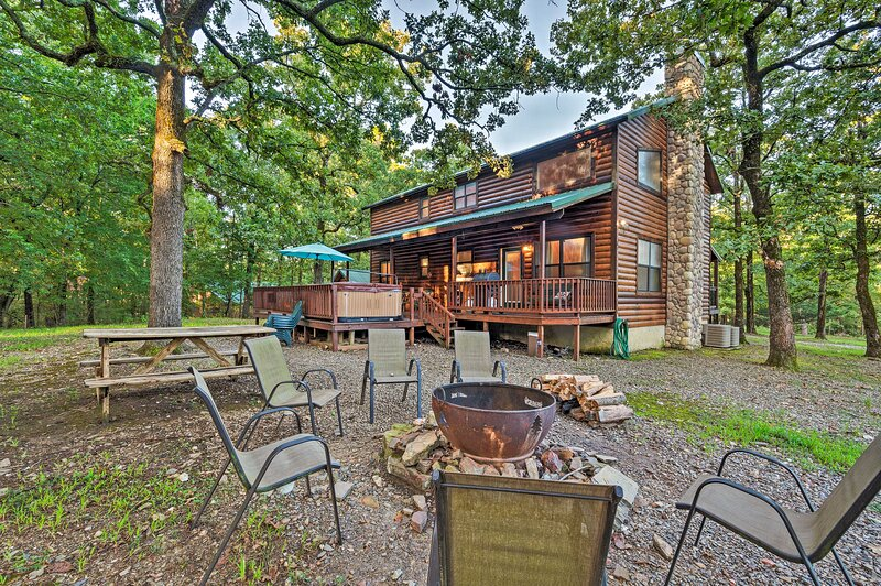 NEW! Picturesque Broken Bow Cabin: Hot Tub & Deck!, holiday rental in Eagletown