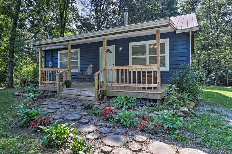 NEW! Charming Cabin by Cumberland Mtn State Park!, alquiler de vacaciones en Fairfield Glade