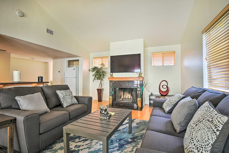 NEW! Sunny Woodland Hills Apt w/ Private Hot Tub!, holiday rental in Bell Canyon