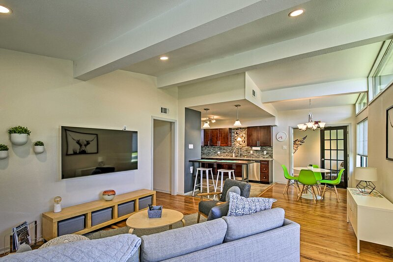 NEW! Bright & Modern TX Getaway, 7 Mi to The Alamo, holiday rental in Castle Hills