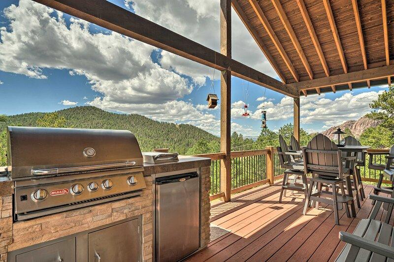 NEW! Cripple Creek Mtn Getaway w/ Hot Tub & Views!, casa vacanza a Guffey