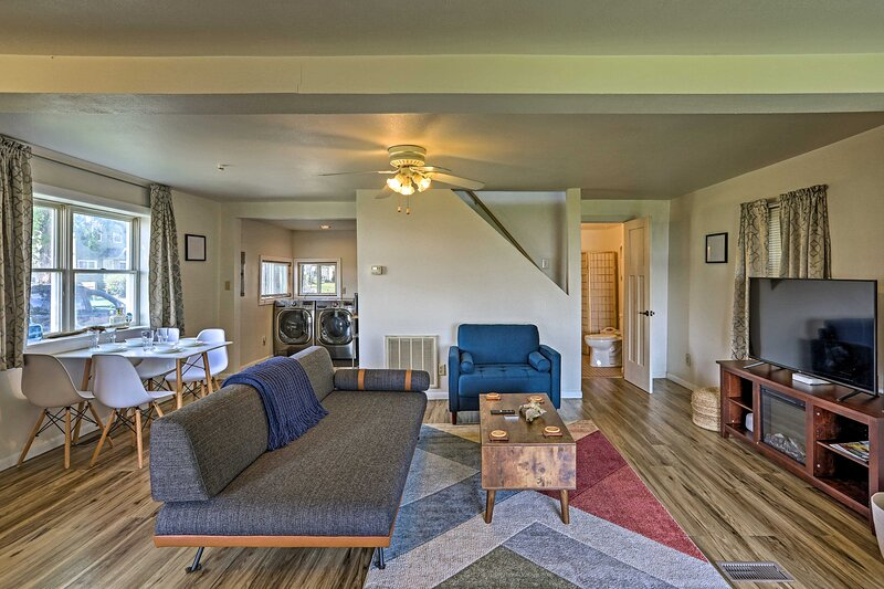 NEW! Lakefront Cottage 6 Miles to Downtown Toledo!, casa vacanza a Toledo