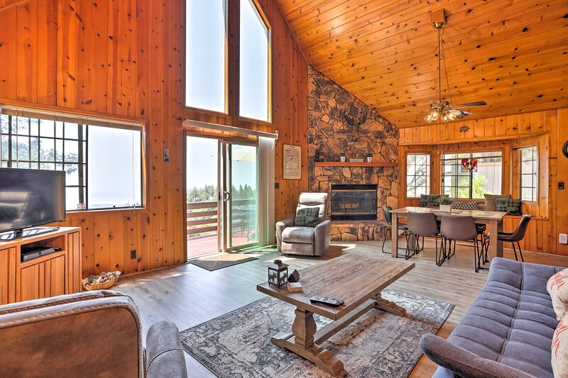NEW! A-Frame Cabin w/ Unobstructed Valley Views!, casa vacanza a Redlands
