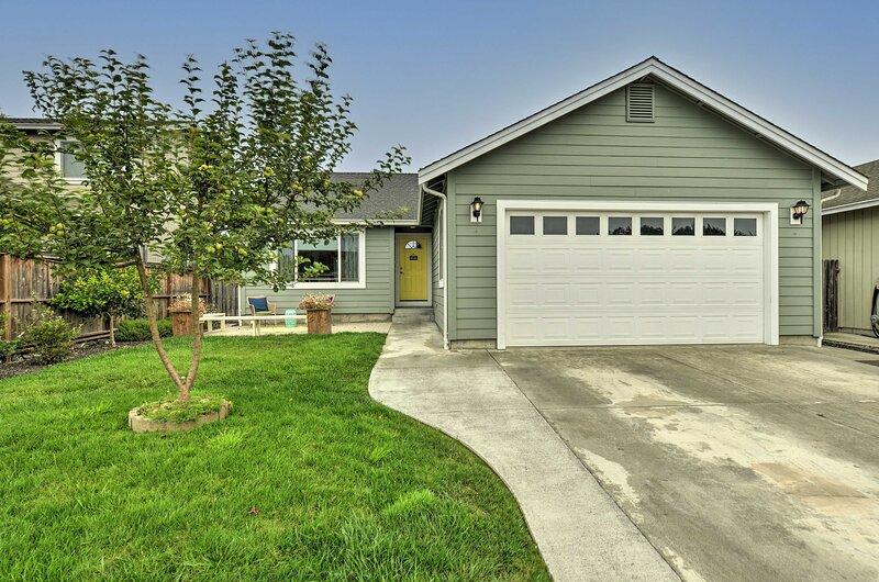 NEW! Home w/ Fenced-In Yard, 5 Mi to Redwood Park, alquiler de vacaciones en McKinleyville