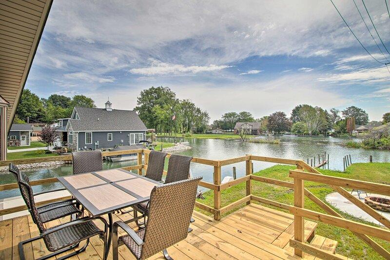 NEW! St. Clair Riverfront Home: Boat Slip + Canoe!, alquiler de vacaciones en Harsens Island