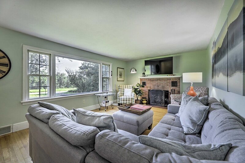 Hampton 'Quiet Corner Cottage' w/ Fireplace & Yard, holiday rental in Bolton