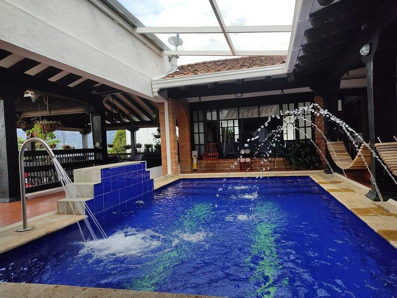 ☆7 Bedroom heated pool Jacuzzi/Gym Luxury Villa☆, casa vacanza a Sabaneta
