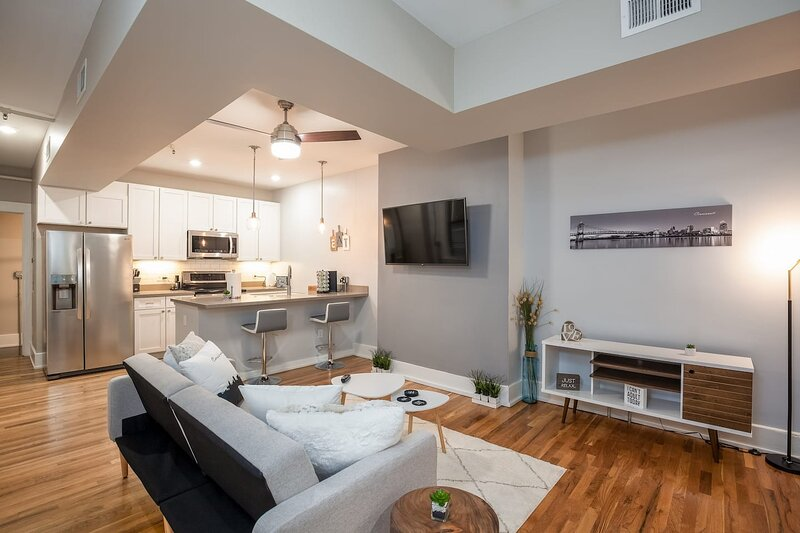 **NEW RADiant Stay in the Thrust of OTR* w/Parking**, holiday rental in Bellevue