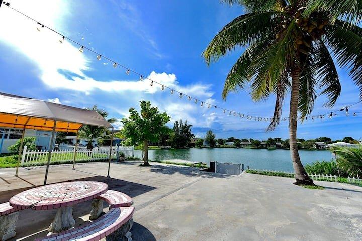 5 MIN TO BEACH W/ LAKE VIEW| FAMILY+PET-FRIENDLY, location de vacances à Pembroke Park