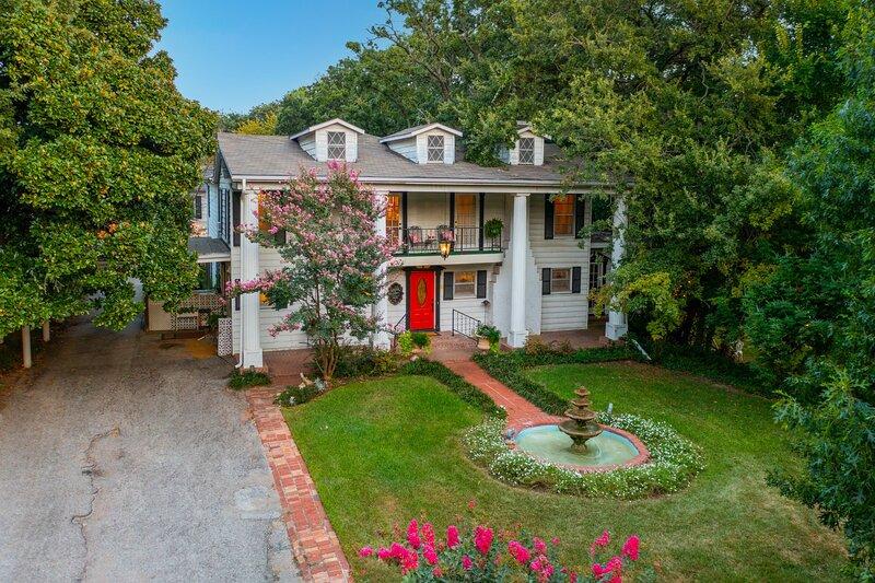 Historic Azalea Estate, holiday rental in Blue Mound