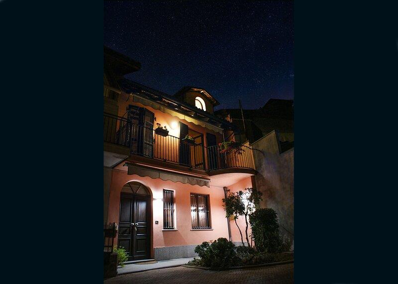 Casa Caroli - intera casa storica ad Alba, nel cuore delle LANGHE UNESCO, holiday rental in Trezzo Tinella