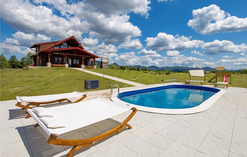 Awesome home in Sveti Rok with Outdoor swimming pool and 3 Bedrooms (CCL104), aluguéis de temporada em Gracac