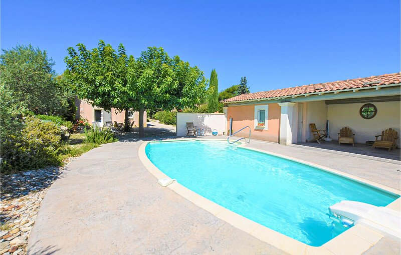 Nice apartment in Caumont-sur-Durance with WiFi and Outdoor swimming pool (FPV76, holiday rental in Caumont-sur-Durance
