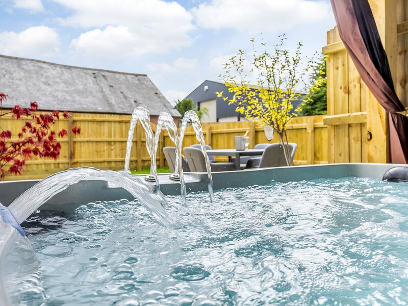 Toppesfield Hall- Luxury 2 Bed Cottage with Hot Tub (sleeps 5), location de vacances à Clare