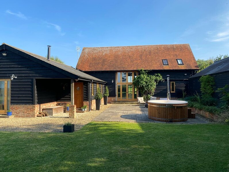 Stunning Country Barn with amazing views and wood fired hot tub, holiday rental in Haddenham
