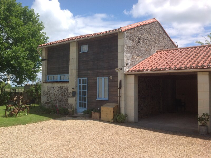 Rose Barn - Pretty barn conversion with private pool in Loire Valley, holiday rental in Clere-sur-Layon