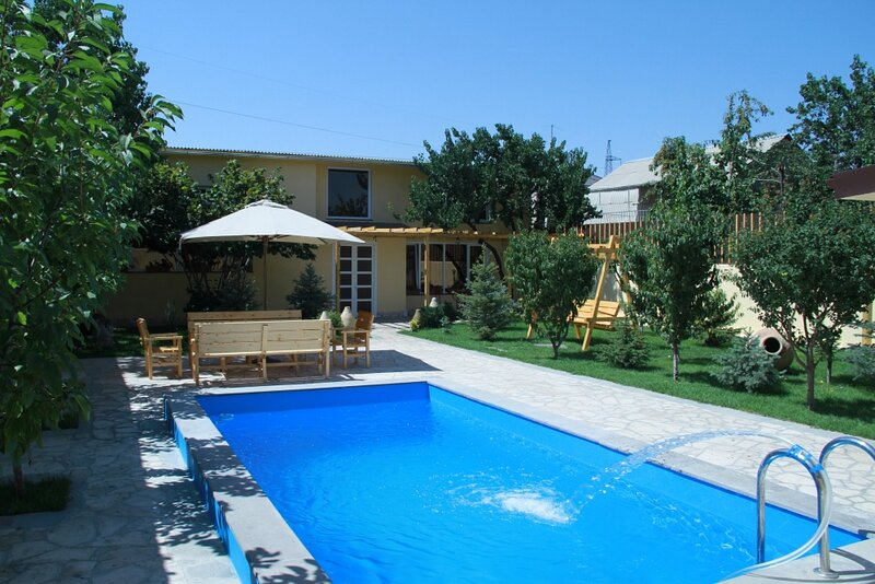 Villa Quattro - Villa with open pool and eco garden, alquiler vacacional en Garni