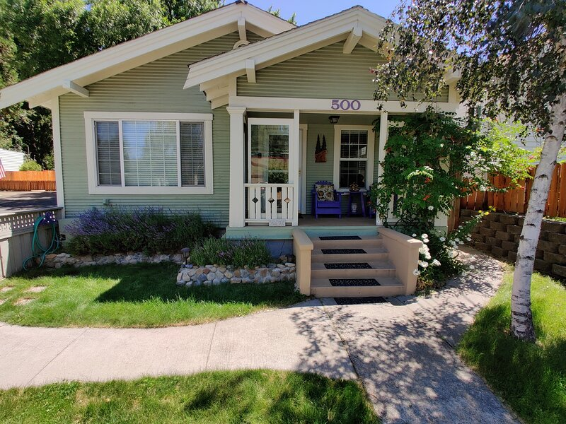 CHARMING 'CRAFTSMAN' STYLE COTTAGE DOWNTOWN SHASTA BEST LOCATION/ACCOMMODATION, holiday rental in McCloud