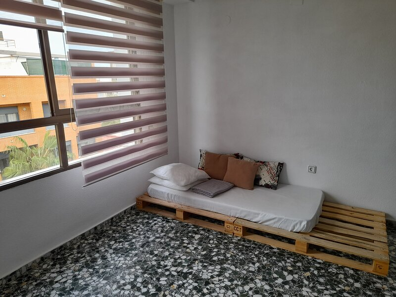 Apartamento entero 2 habitaciones grandes, holiday rental in Monserrat