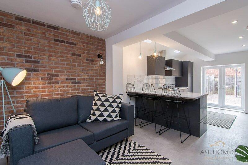 Stylish 5 Bedroom 5 Bathroom House (Sleeps 10) by Yoko Property, casa vacanza a Coventry