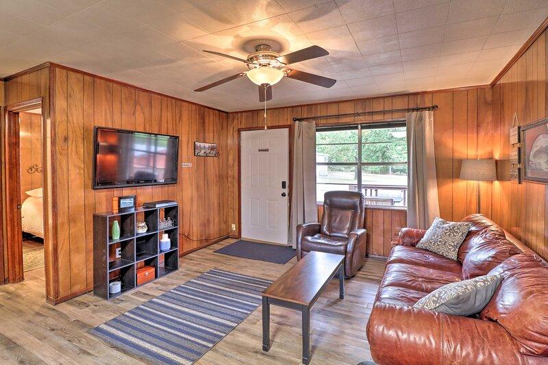 Devil's Fork Cabin w/Designated Boat Slip Included, location de vacances à Greers Ferry