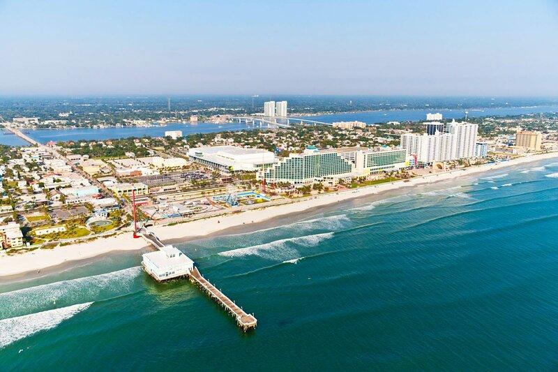 Enjoy Ocean Views Just Steps from the Beach & Boardwalk, location de vacances à Holly Hill