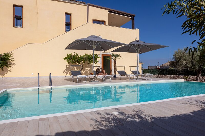 Sicilian Villa with Pool and SPA to spend your holidays in total relaxation, holiday rental in Case Giurdanella