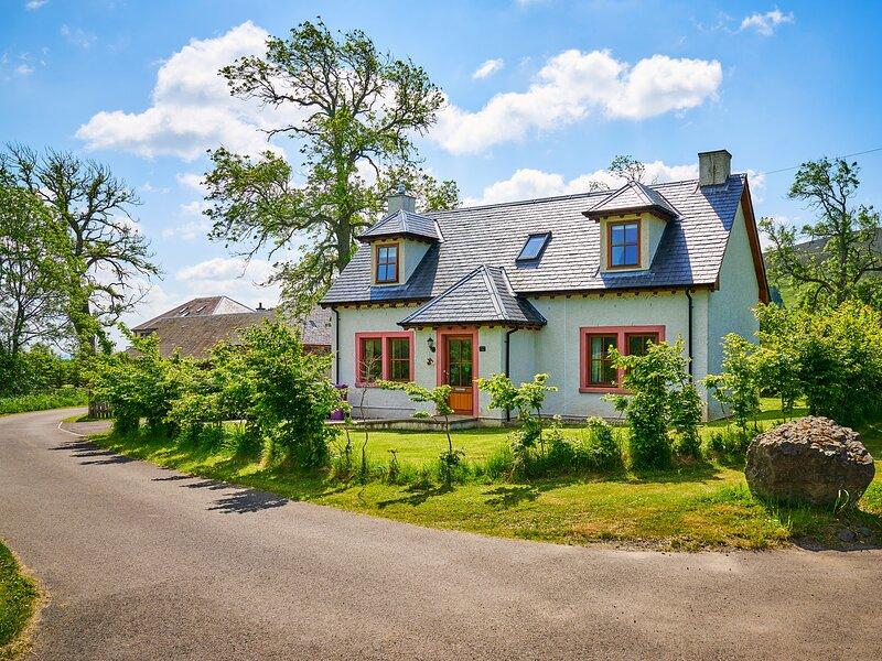HAZEL LODGE, woodburning stove, dog-friendly, countryside views, Ref 982620, aluguéis de temporada em Spittal of Glenshee