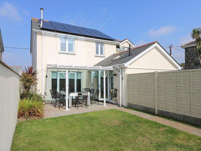 RIDGEBACK HOUSE, fabulous modern detached house, enclosed garden, village, casa vacanza a Mullion